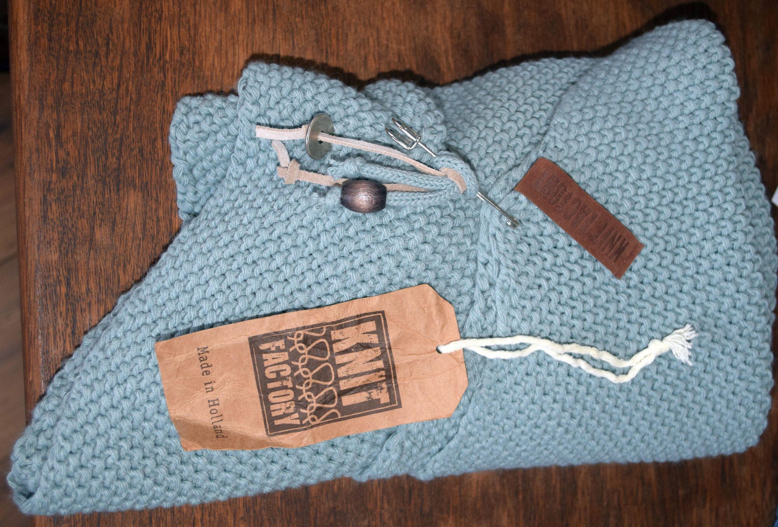 Knit Factory – Dreiecksschal Stone/Green