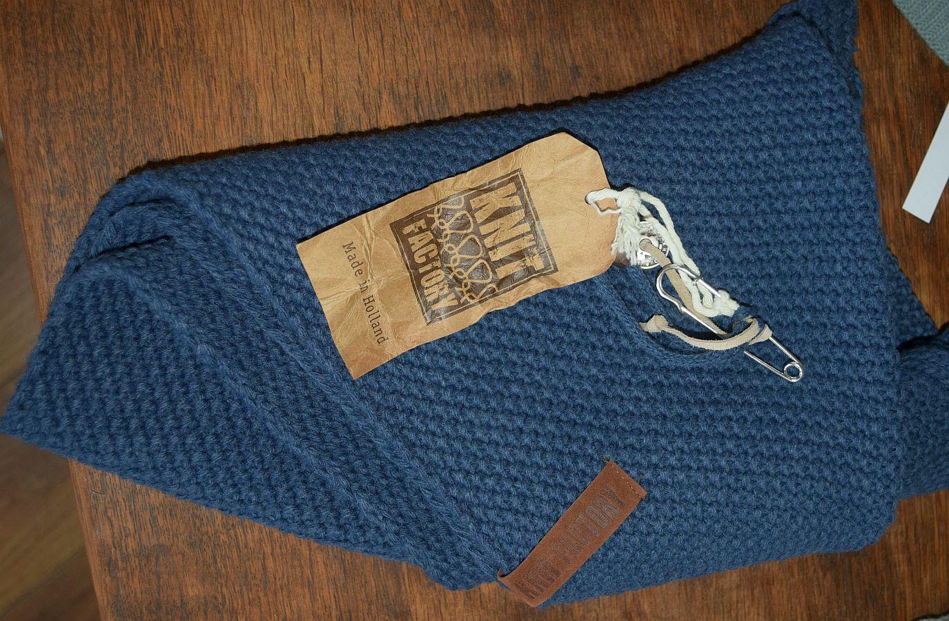Knit Factory – Dreiecksschal Jeans