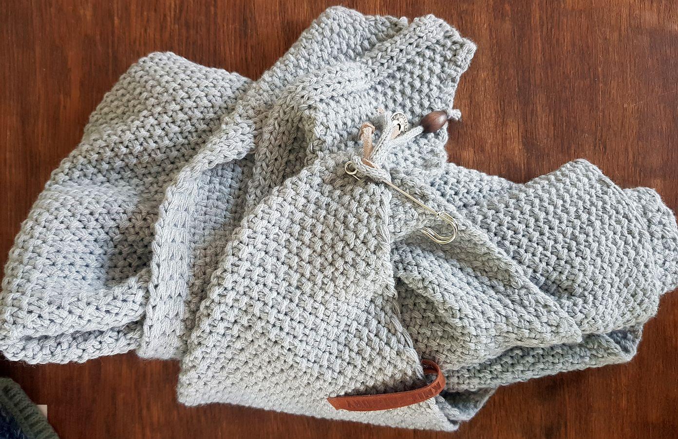 Knit Factory – Dreiecksschal Grau